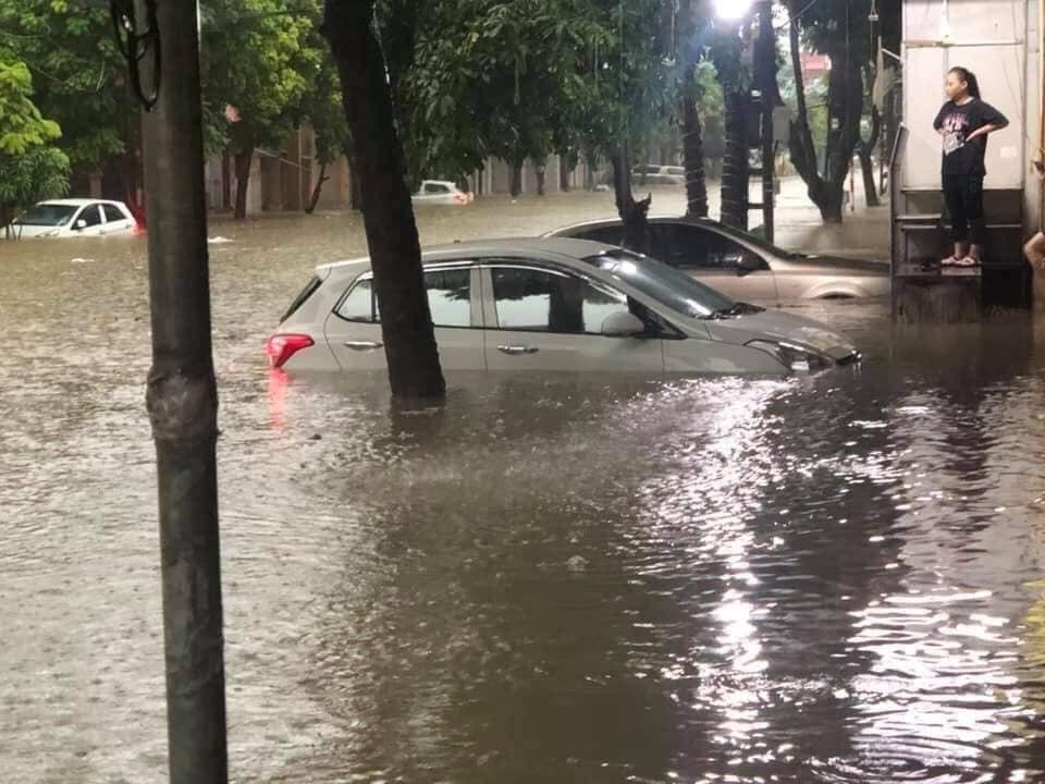 Mưa lớn khiến nhiều ô tô bị chìm trong nước, xử lý ô tô thuỷ kích như thế nào? 1a