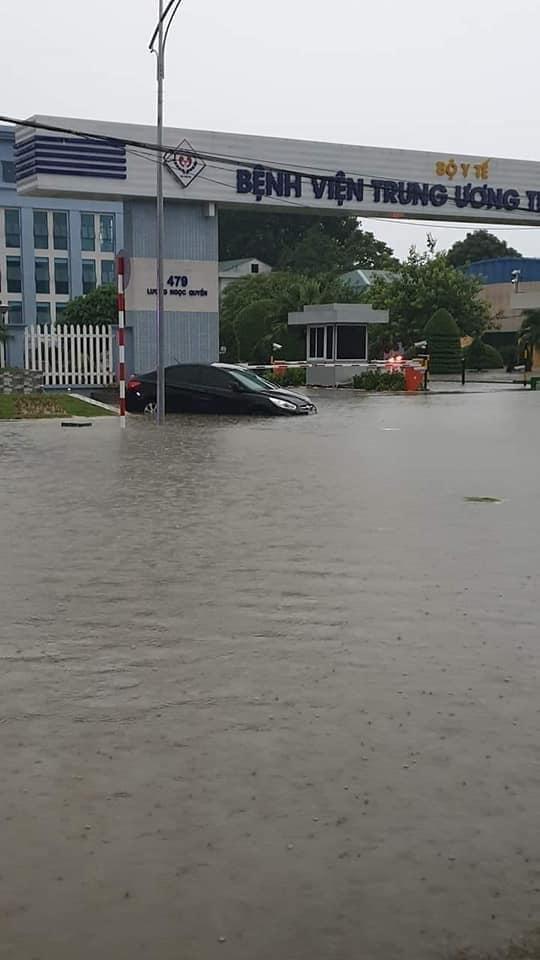 Mưa lớn khiến nhiều ô tô bị chìm trong nước, xử lý ô tô thuỷ kích như thế nào? 14a