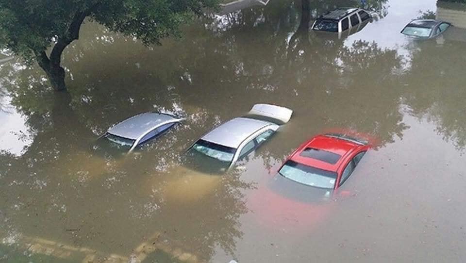 Mưa lớn khiến nhiều ô tô bị chìm trong nước, xử lý ô tô thuỷ kích như thế nào? 3a
