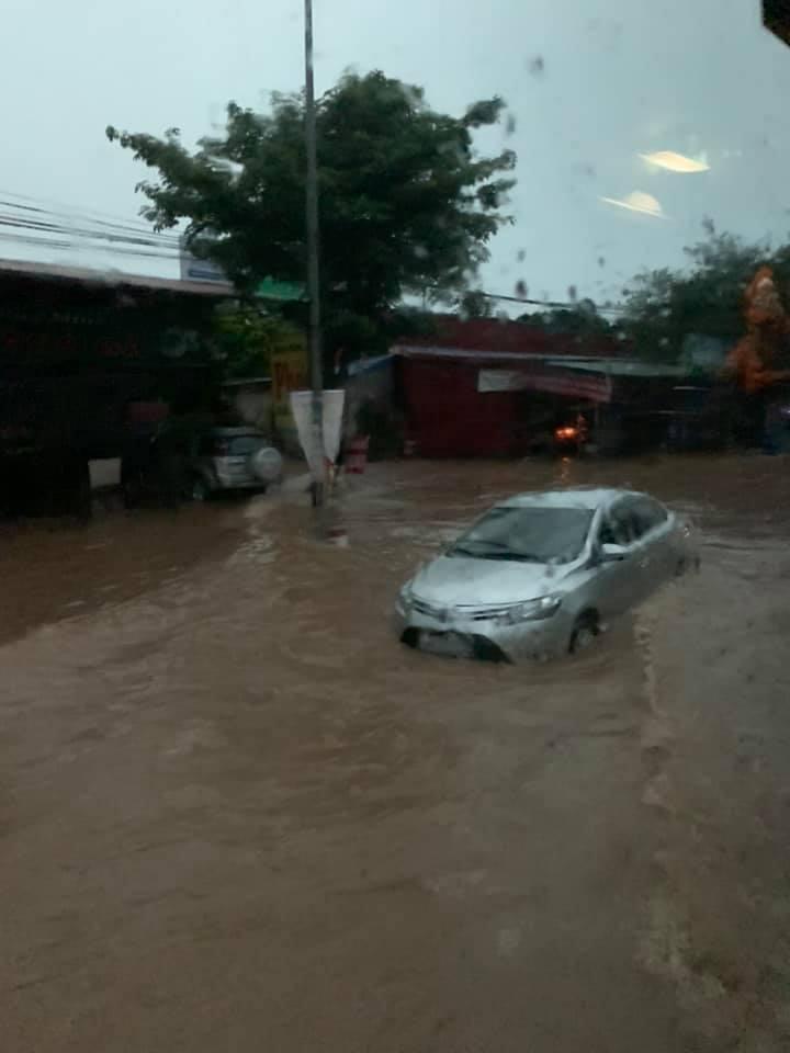 Mưa lớn khiến nhiều ô tô bị chìm trong nước, xử lý ô tô thuỷ kích như thế nào? 6a