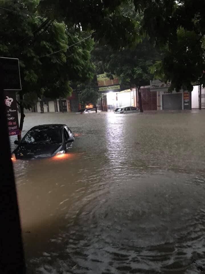Mưa lớn khiến nhiều ô tô bị chìm trong nước, xử lý ô tô thuỷ kích như thế nào? 5a