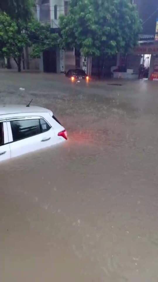 Mưa lớn khiến nhiều ô tô bị chìm trong nước, xử lý ô tô thuỷ kích như thế nào? 7a