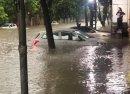 Mưa lớn khiến nhiều ô tô bị chìm trong nước, xử lý ô tô thuỷ kích như thế nào?