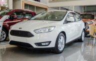 Bán Ford Focus 2018 màu trắng, hỗ trợ trả góp lên tới 90%, chỉ cần 100tr nhận xe ngay. Hỗ trợ giảm giá lên tới 70tr đồng giá 575 triệu tại Hà Nội